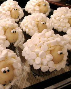 Schaapjes cupcakes. Eenvoudig te maken met mini-marsmellows. Sheep cupcakes with mini marshmellows and marzipan
