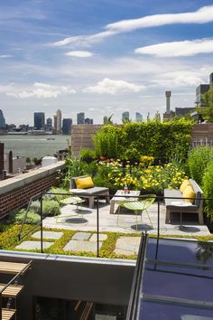 The new wooden rooftop terrace is surrounded by a green roof garden utilizing reclaimed bluestone pavers and native plant species that require little water while insulating the environment below. Tribeca Loft by Andrew Franz Architect PLLC Rooftop Terrace Design, Rooftop Patio, Balcony Design, Terrace Garden, Garden Design, Green Terrace, Small Terrace, Rooftop Nyc, Rooftop Decor