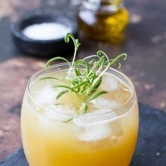Penicillin Cocktail with Ginger, Lemon and Honey Recipe Ginger Cocktails, Whiskey Cocktails, Ginger Syrup, Ginger Juice, Penicillin Cocktail, Honey Recipes, Scotch Whiskey, Nutrition Program, Group Meals