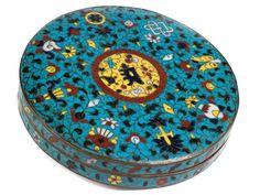 Durchmesser: 20,5 cm. Höhe: 3,8 cm. China, Ming-Dynastie, 1368 - 1644. Cloisonnéarbeit auf Messingkorpus. Niedriger, runder Korpus mit Stülpdeckel. Auf...