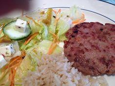 Hamburguinho caseiro, salada de alface americana, cenoura e pepino, temperado com sal, azeite e limão (em garrafinha!).