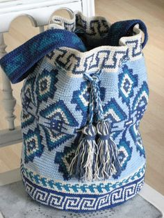 Mochila Tapestry Style, self-crocheted, free tutor Tapestry Crochet Patterns, Knitting Patterns, Crochet Symbols, How To Make Purses, Knitted Booties, Tapestry Bag, Knitting For Beginners, Knitting Socks, Free Crochet