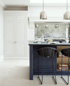 Humphrey Munson Kitchens 12 Farrow and Ball Kitchen Cabinet Colors - For the per. Humphrey Munson Kitchens 12 Farrow and Ball Kitchen Cabinet Colors - For the perfect English Kitchen - Railings on the island Kitchen In, Classic Kitchen, Open Plan Kitchen, Kitchen Island, Kitchen Ideas, Kitchen Black, Family Kitchen, Kitchen Flooring, Kitchen Backsplash