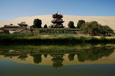 Crescent Lake: A Desert Oasis in China «TwistedSifter