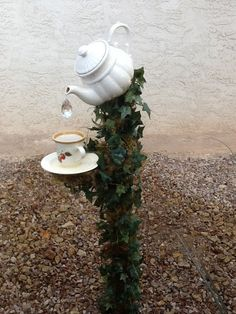 17 Irresistible DIY Teapot Garden Decorations That You Shouldnt Miss - DIY Garden Decor Garden Whimsy, Diy Garden, Garden Crafts, Garden Projects, Garden Pots, Garden Ideas, Herb Garden, Diy Projects, Outdoor Crafts