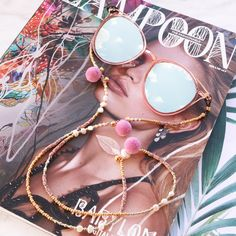 Make sunglasses cords yourself very easily with multiple jewellery findings of Beads Wholesale Online, like cowrie shells and pompom beads. Shell Jewelry, Beaded Jewelry, Beach Accessories, Jewelry Accessories, Argent Antique, Diy Necklace, Vintage Pink, Handmade Bracelets, Mauve