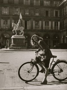 French actress Barbara Laage riding her bike. Location: Paris, France Date taken: May 1946 Photographer: Nina Leen Velo Vintage, Vintage Bikes, Vintage Style, Old Paris, Vintage Paris, Photo Velo, Old Photos, Vintage Photos, Bicycle Girl
