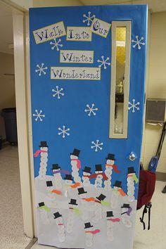 Welkom in winterwonderland!  Sneeuwpoppen met namen van de kinderen erop (in elke bol een letter) op de deur.