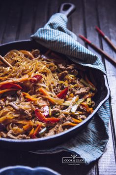 Chow mein z makaronem ryżowym - Cook it Lean - sprawdzone paleo przepisy Chow Mein, Chow Chow, Asian Recipes, Healthy Recipes, Ethnic Recipes, Paella, Food And Drink, Cooking Recipes, Japchae