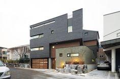 Skiplex Home(스킵플렉스 홈) : 서로 교차하며 감싸 안은 자매의 집 : 네이버 포스트 Style At Home, Villa, Mansions, House Styles, Building, Nest, Urban, Home Decor, Architecture