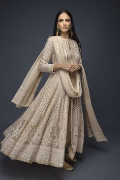 Indian fashion has changed with each passing era. The Indian fashion industry is rising by leaps and bounds, and every month one witnesses some new trend o Pakistani Dress Design, Pakistani Outfits, Dress Indian Style, Indian Dresses, Indian Attire, Indian Ethnic Wear, Indian Wedding Outfits, Indian Outfits, Indian Clothes
