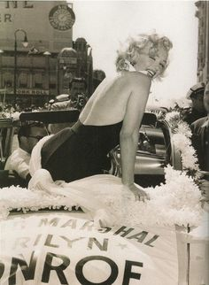 """""""Marilyn Monroe serving as Grand Marshal at the Miss America pageant in Atlantic City, 1952 """" Marylin Monroe, Estilo Marilyn Monroe, Marilyn Monroe Fotos, Joe Dimaggio, Hollywood Glamour, Classic Hollywood, Old Hollywood, Divas, Brigitte Bardot"""