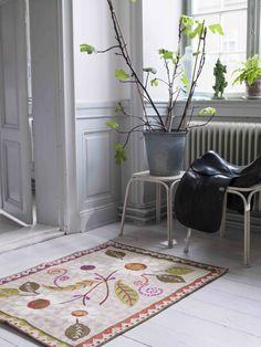 Herbst / Winter 2013 - Ein echtes Schmuckstück aus Wolle. Das dekorative Blumenmotiv wird von einer gezackten Bordüre umrahmt. Größe 90 x 120 cm.