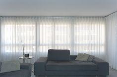 Cortinas con onda perfecta para un salón moderno - Villalba Interiorismo