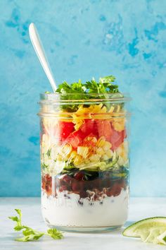 Incredible Mason Jar Recipes That'll Actually Make You Want to Pack Lunch Mason Jar Lunch, Mason Jar Meals, Meals In A Jar, Mason Jars, Lunch Recipes, Healthy Recipes, Jar Recipes, Salad In A Jar, Kefir