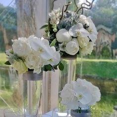 Bouquet de fleurs pour cocktail Trio de bouquet buffet White wedding bouquet Mélanie Miguel Décoratrice Florale www.ateliermiguel.com