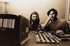Steve Wozniak y Steve Jobs con la Apple I. 1976.
