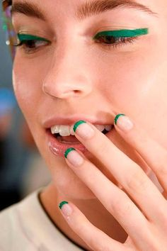 Color french The 13 Coolest Nail Ideas for Spring 2016 13 cool new nail polish and nail art trends to try for spring/summer bright green French tips as seen at Monique Lhuillier Nail Trends, Makeup Trends, Beauty Trends, Makeup Ideas, Eyeliner Trends, Nagel Bling, Nail Design Spring, Nagel Hacks, Nagellack Trends