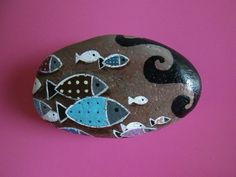 school of fish painted rock - simple, but a lot of effect Pebble Painting, Pebble Art, Stone Painting, Rock Painting, Stone Crafts, Rock Crafts, Arts And Crafts, Pebble Stone, Stone Art
