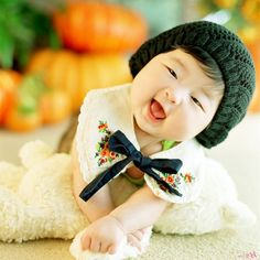 This baby is to die for! Asian babies are like teddy bears sent from heaven to capture and melt our hearts. Baby Girl Images, Baby Pictures, Cute Pictures, Korean Babies, Asian Babies, Get Baby, Baby Love, Cute Little Girls, Cute Kids