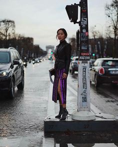 Eimee Song sempre aposta em looks mais urbaninhos com uma vibe fashionista, em Paris a it gil optou por combinações simples mais mega estilosos. Para o show de Nina Ricci, Song escolheu a combinação certeira de jaqueta de couro e saia midi de fenda, já para o desfile da Dior a bela investiu num modelo da marca todo trabalhando na transparência e em bordados.