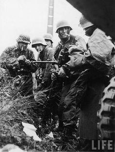 """1944, Belgique, Bataille des Ardennes, Les Panzergrenadiers de la Waffen-SS Berthold Nasse, Ernst Kalt et Walter Armbrusch du """"Kampfgruppe Hansen"""" de la 1.SS Panzer-Division Leibstandarte """"Adolf Hitler"""" lors d'une pause cigarette"""