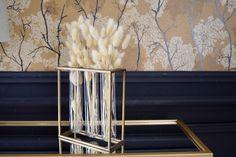 Décorez votre intérieur avec ce vase doré très tendance et ajoutez-y quelques tiges de fleurs séchées ! Salon Art Deco, Decoration, Home Improvement, Decorating Tips, Stems, Dried Flowers, Linens, Wallpaper, Art Deco