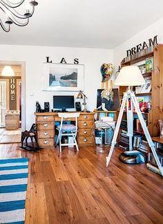 Zbouráním příčky mezi dvěma místnostmi vznikl prostorný obývací pokoj, do kterého se pohodlně vešel i pracovní stůl.