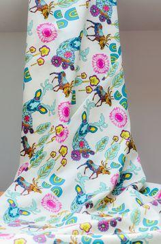 Tela hipster estampada con ciervos. Diseño de Art Gallery Fabrics. Estampado súper de moda y colorido. Comprar online telas por metros y en fat quarters.