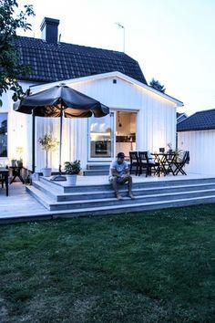 Karin Boo Wiklander - MyLiving.se – Ditt livsstilsmagasin på nätet Low Deck Designs, Backyard Patio Designs, Outdoor Rooms, Outdoor Living, Beach House Deck, House Extension Design, Patio Steps, Deck Stairs, Dordogne
