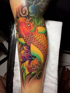 Pez Koi Tattoo, Koi Tattoo Sleeve, Carp Tattoo, Japanese Sleeve Tattoos, Japanese Koi Fish Tattoo, Japanese Tattoo Designs, Leg Tattoos, Arm Band Tattoo, Body Art Tattoos