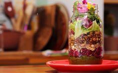 Salada no pote: veja como fazer essa opção prática para o almoço no trabalho