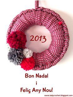 tshirt yarn with pom poms - knot like trivet Christmas Wreaths, Christmas Crafts, Christmas Ornaments, Crochet Wreath, Diy Y Manualidades, Christmas Activities For Kids, Fabric Yarn, Diy Wreath, Artisanal
