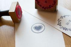 Convite de casamento contemporâneo com toque clássico. Impressão em serigrafia, cantos arredondados, relevo seco, impressão envelope e lacre de cera.