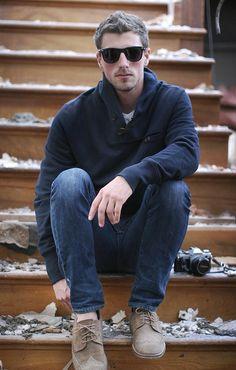 jeans, sweater azul marinho e sapato brogue bege