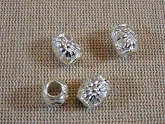 Perles Tonneau, perles en métal couleur argenté, gravure fleurs, lot de 4 perles pour bijoux, perles gros trous, création bijoux de la boutique ArtKen6L sur Etsy