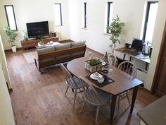 アーコールのある暮らしグレー&ブラックコーデ Condo Living, Home And Living, Living Spaces, Dark Wooden Floor, Urban Apartment, Style Japonais, Wooden Sofa, Interior Decorating, Interior Design