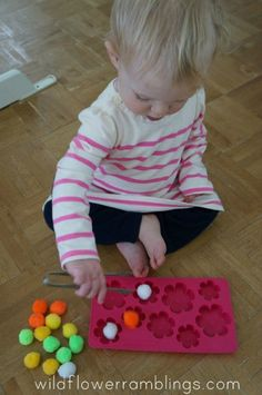 Quiet-activities-for-toddlers-pom-poms-in-ice-cube-tray.jpg (432×650)