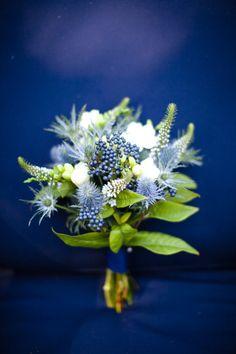 bouquet w/ blue accents Bouquet Bleu, Thistle Bouquet, Blue Wedding Flowers, Love Flowers, Wedding Bouquets, Bridesmaid Flowers, Green Flowers, Gold Wedding, Wedding Band