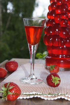 my passions: Strawberry liqueur Christmas Food Gifts, Christmas Drinks, Non Alcoholic Drinks, Fun Drinks, My Favorite Food, Favorite Recipes, Infused Vodka, Polish Recipes, Drink