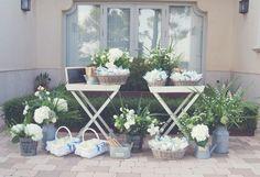 Bodegón De abanicos y conos de flores situado a la entrada de la ceremonia.