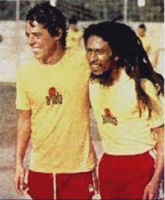 Chico Buarque encontrou Bob Marley na única vez que o jamaicano esteve no Brasil, em 1980.   Veja mais em: http://semioticas1.blogspot.com/2011/08/um-toque-de-midani.html