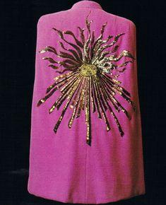 Elsa Schiaparelli, cape Phoebus, en lainage rose shocking, brodée d'or par Lesage, 1938