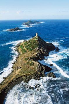 La tour de la Parata avec les Sanguinaires en arrière-plan Corse