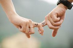 Tatuajes, simbolos, manos, tatuados, para siempre, tinta, anclas, pareja, mujer, hombre, joven, dos personas, primer plano, reloj, anillo de oro, ternura, dulzura, amor, enamoramiento, enamorar, unidos, novia, novio, novios, noviazgo, femenino, masculino, eternidad, dedos, entrelazados, dedo indice, juntos, buen puerto, llegar a buen puerto, Imagenes en hd de amor