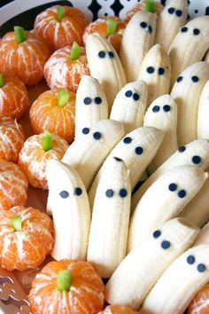 Super simple healthy Halloween snacks - tangerine pumpkins and banana ghosts. Click through for tons of healthy Halloween food ideas. Hallowen Food, Halloween Treats For Kids, Halloween Dinner, Halloween Recipe, Halloween Fruit, Spooky Halloween, Halloween Parties, Halloween Appetizers For Adults, Easy Halloween Snacks