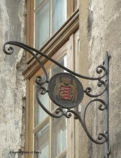 Armes de la cité - Avignon - Sur la façade de l'hôtel de Montaigü, rue du Four de la Terre. L'enseigne, sans doute l'œuvre des compagnons qui y sont hébergés, rappelle que le lieu est propriété de la ville.