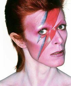 """Aladdin Sane est un jeu de mot sur """"a lad insane"""", en anglais, """"un mec fou"""". Une prolongation du personnage de Ziggy Stardust, """"un Ziggy rencontrant la gloire"""" d'après Bowie."""