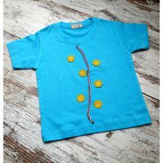 Camiseta Infantil color azul de maga corta de algodón con motivo floral, realizada mediante la técnica Upcycling