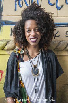 Foto: Carolina Cury para #BlogdasCabeludas #AfroHair #BlackHair #CurlyHair #CabeloCrespo #KinkyHair  www.nandacury.com Kinky Hair, Afro Hairstyles, Comme, Black Hair, Curly Hair Styles, Sari, Natural, Blog, Walking Gear